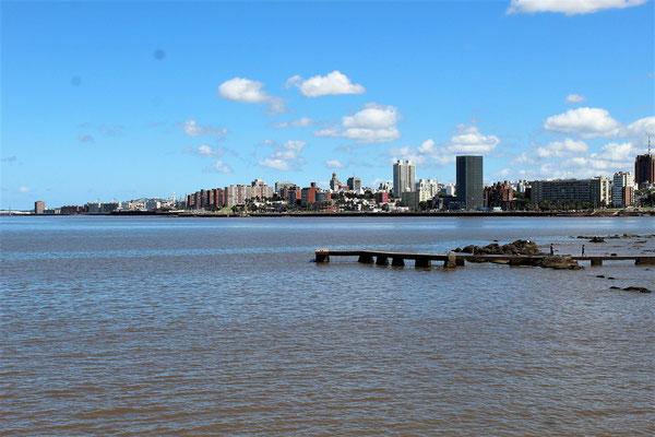 LE CENTRE HISTORIQUE DEPUIS LA POINTE CARRETAS A MONTEVIDEO URUGUAY
