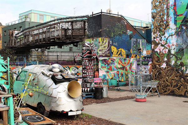 REALISATIONS ET FRESQUES A NOMADIC COMMUNITY GARDENS PRES DE STREET ART