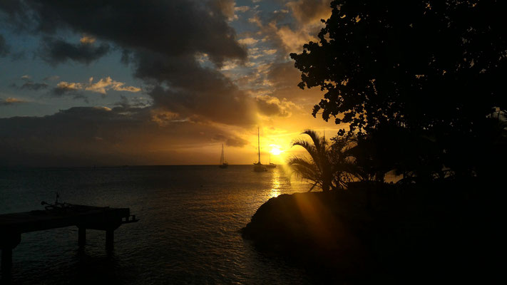 COUCHER DE SOLEIL SUR LA PLAGE DE FARE HUAHINE POLYNESIE