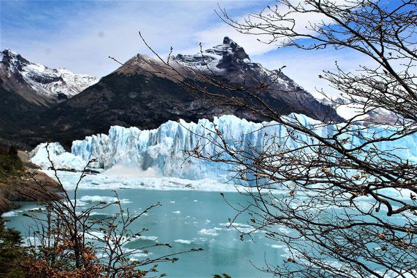 LES EFFETS DE LA CHUTE DE BLOC DE GLACE DU PERITO MORENO DANS LE LAC ARGENTINO AU PARC NATIONAL LOS GLACIARES