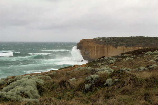 LA TEMPETE SUR LA COTE A L'OUEST DU LONDON BRIDGE SUR LA GREAT OCEAN ROAD AUSTRALIE