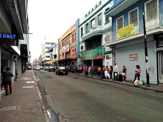 UNE FILE D'ATTENTE POUR PRENDRE LE BUS DANS L'AVENUE 5 A SAN JOSE COSTA RICA