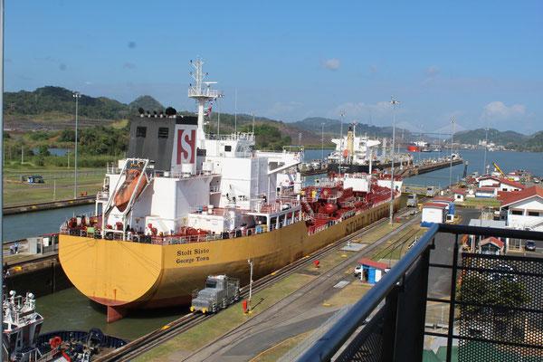 LE PASSAGE D'UN BATEAU AUX ECLUSES MIRAFLORES CANAL DE  PANAMA