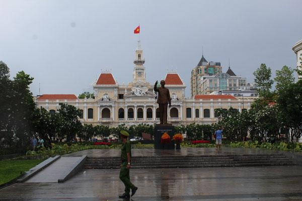 DE JOUR LA STATUE DE HO CHI MINH ET  L'HOTEL DE VILLE DE SAÏGON