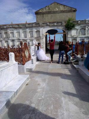 PHOTOS DE MARIAGE AU CIMETIERE DE LA REINA A CIENFUEGOS