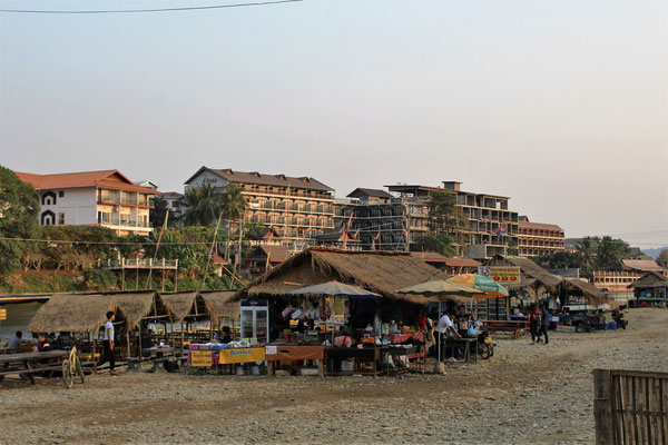 DES HOTELS EN CONSTRUCTION ET BARS SUR LA RIVIERE A VANG VIENG