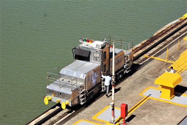 UNE DES SIX MOTRICES POUR UN BATEAU AUX ECLUSES MIRAFLORES CANAL DE  PANAMA