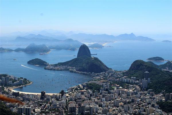 LA BAIE DE RIO LE QUARTIER BOTOFAGO ET LE PAIN DE SUCRE VUE DU CORCOVADO CHRIST REDEMPTEUR A RIO DE JANEIRO BRESIL