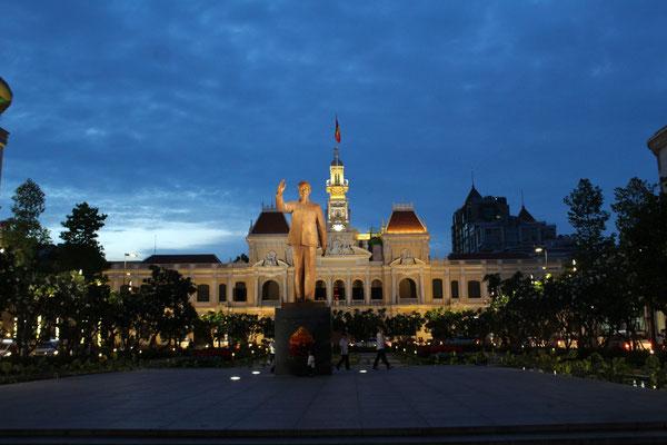 LA STATUE DE HO CHI MINH DEVANT  L'HOTEL DE VILLE DE SAÏGON