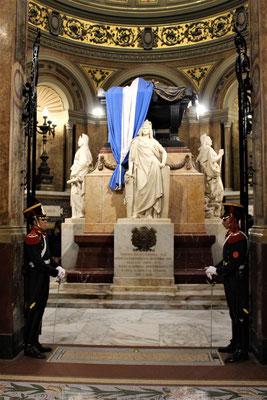 DANS LA CATHEDRALE  LE MAUSOLE DE JOSE DE SAN MARTIN LIBERATEUR DE L'ARGENTINE GARDE PAR 2 GRENADIERS PLACE DE MAYO BUENOS AIRES