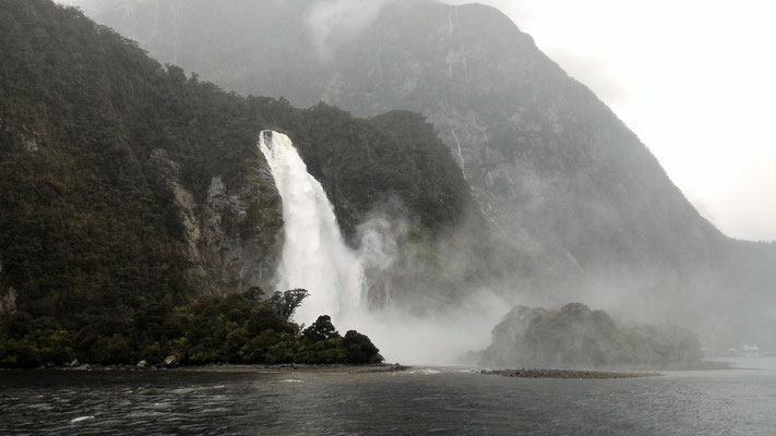 BOWEN FALLS  MILFORD SOUND ILE DU SUD NZ