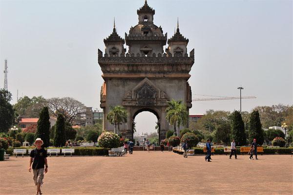 LE PATOUXAY ARC DE TRIOMPHE LOCAL AVEC LE PALAIS PRESIDENTIEL DANS L'ARCHE A VIENTIANE AU LAOS