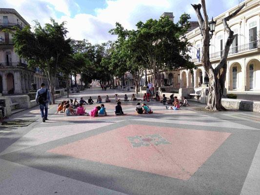 SEANCE DE SPORT DES ENFANTS DE L'ECOLE SUR LA PASEO DEL PRADO LA HAVANE