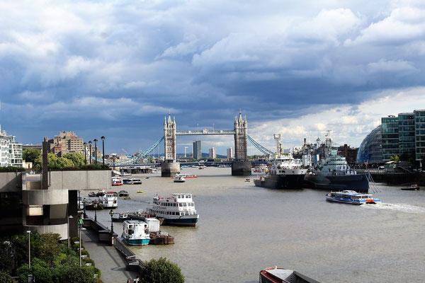 LA TAMISE LE TOWER BRIDGE ET LE NAVIRE HMS BELFAST