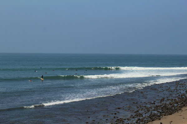 SURFEURS SUR LA PLAGE DE TUNA COUNTRY BEATCH MALIBU LOS ANGELES CALOFORNIE