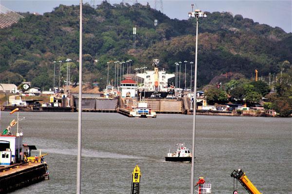 UN BATEAU PASSANT LES ECLUSES PEDRO MIGUEL VERS ATLANTIQUE VUE DE MIRAFLORES CANAL DE  PANAMA