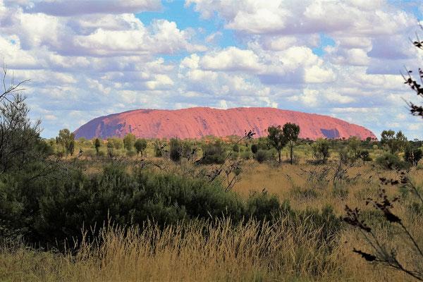 LA PREMIERE VISION DE ULURU SUR LA ROUTE EN ARRIVANT NOUTH TERRITORY AUSTRALIE