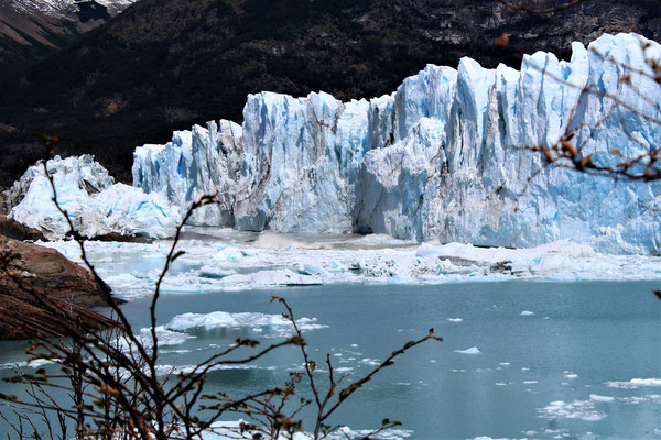 LA CHUTE DE BLOCS DE GLACE DU PERITO MORENO DANS LE LAC ARGENTINO AU PARC NATIONAL LOS GLACIARES