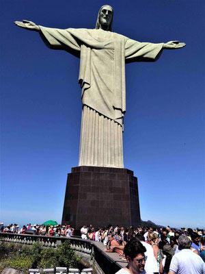 LA FOULE  AU PIED DU CORCOVADO A RIO DE JANEIRO BRESIL