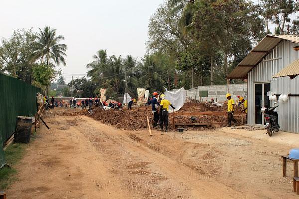 COMPTEZ LES OUVRIERS SUR UN CHANTIER DE CONSTRUCTION A LUANG PRABANG LAOS