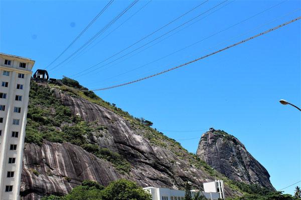 LES DEUX TELEPHERIQUES DU PAIN DE SUCRE DEPUIS LA GARE DE DEPART A RIO DE JANEIRO BRESIL