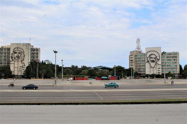 LA PLACE DE LA REVOLUTION LE CHE SUR LA FACADE DU MINISTERE DE L'INTERIEUR ET FIDEL SUR CELLE DU MUSEE DES POSTES CUBAINE LA HAVANE