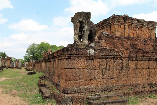 ELEPHANT DANS LES ANGLES AU TEMPLE EST MEBON AUX TEMPLES D'ANGKOR AU CAMBODGE