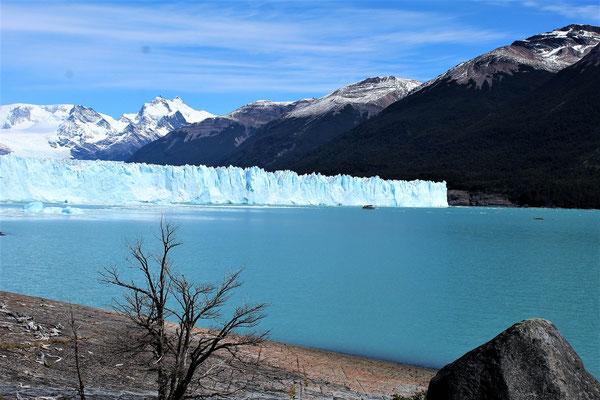 LE BATEAU ET LES KAYAKS SUR LE LAC ARGENTINO AU PARC NATIONAL LOS GLACIARES ARGENTINE