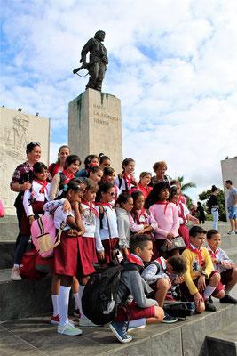 ENFANTS DES ECOLES DEVANT LA STATUE DE ERNESTO CHE GUEVARA A SANTA CLARA