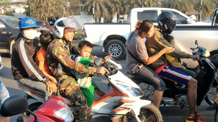 TRANSPORT FAMILIAL CASQUES POUR LES PARENTS.... A VIENTIANE AU LAOS