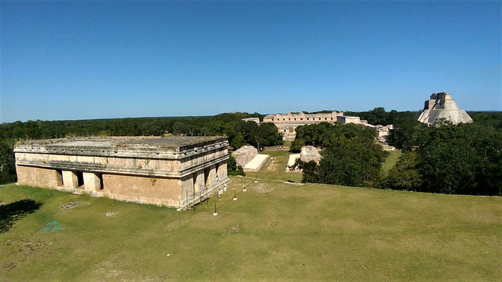 LA CASA DE LA TORTUE VUE DU PALACIO DEL GOBERNADOR A UXMAL YUCATAN