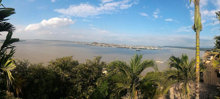 VUE PANORAMIQUE SUR SUR L'AUTRE RIVE DU RIO GUAYAS DEPUIS SOMMET QUARTIER DE LAS PENAS GUAYAQUIL EQUATEURV