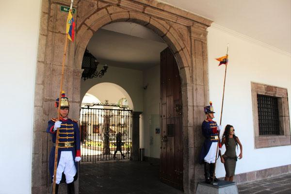 GRENADIERS A L'ENTREE DU PALAIS PRESIDENTIEL LAPLACE DE LA LIBERTE QUITO EQUATEUR