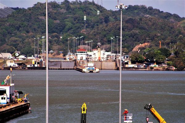UN BATEAU RENTRANT AUX ECLUSES PEDRO MIGUEL VERS ATLANTIQUE VUE DE MIRAFLORES CANAL DE  PANAMA