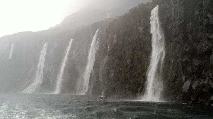DES CHUTES  MILFORD SOUND ILE DU SUD NZ