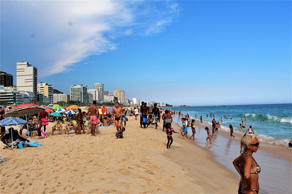 LA PLAGE LEBLON ET LES  MORRO DOIS IRMAOS A RIO DE JANEIRO BRESIL