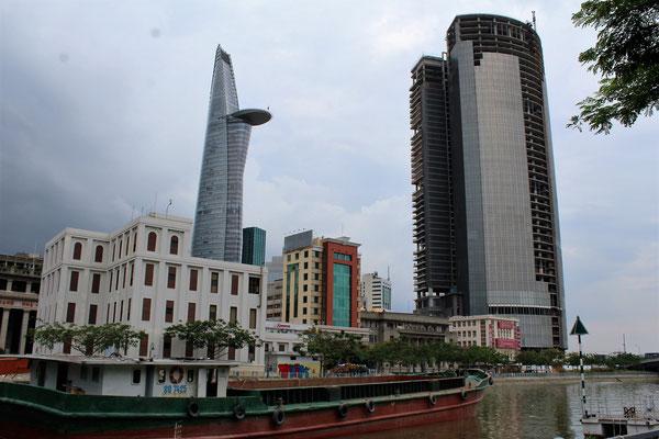 LA TOUR FINANCIERE BITEXCO ET A DROITE LE KHONG HOAT DONG EN COURS DE CONSTRUCTION A SAÏGON