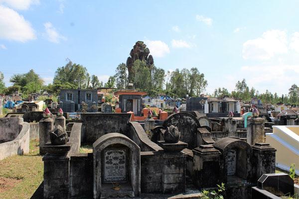 UN CIMETIERE A COTE DES VESTIGES DE THONG BAO AU NORD DE QUI NHON