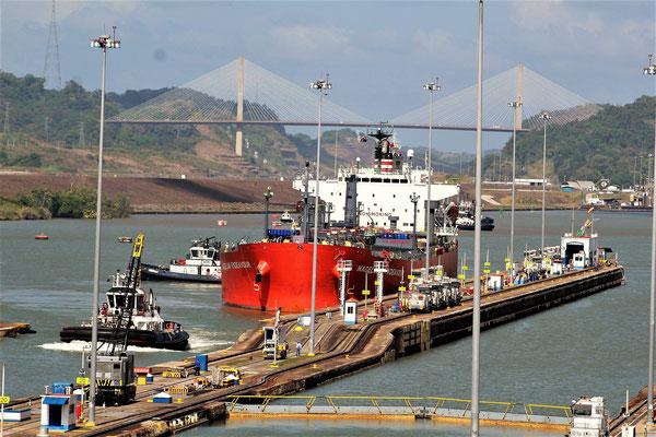 UN BATEAU RENTANT AUX ECLUSES  MIRAFLORES CANAL DE  PANAMA