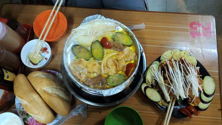 NOTRE REPAS BBQ DANS UN FOOD STREET A HANOI VIET NAM