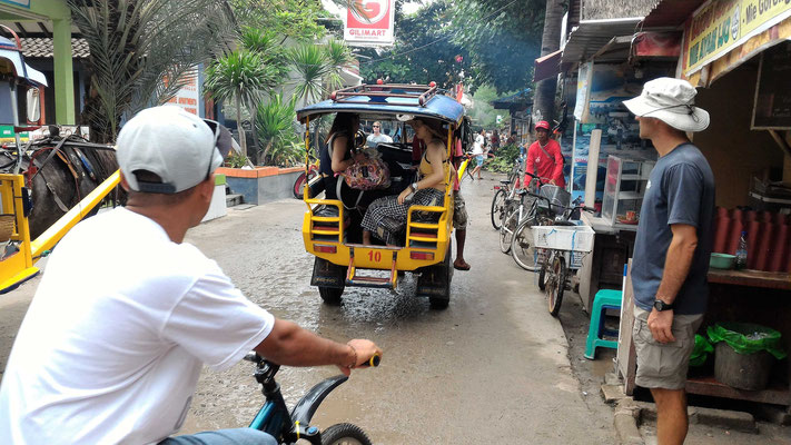 UN CIDOMO TRANSPORT DE PERSONNES DANS LA RUE PRINCIPALE A GILI TRAWANGAN LOMBOK