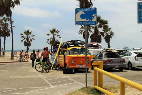 DES SURFEURS EN COMBI VW SUR LE FRONT DE MER A VENICE LOS ANGELES CALOFORNIE