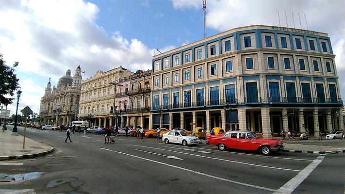 LE THEATRE ET DES HOTELS SUR LA PASEO DEL MARTI LA HAVANE