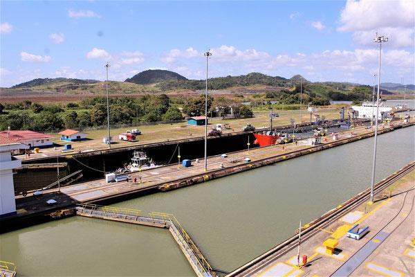 UN BATEAU PASSANT LES ECLUSES MIRAFLORES CANAL DE  PANAMA