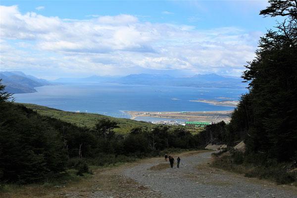USHUAIA ET LE CANAL BEAGLE VUS SUR LE SENTIER DU GLACIER MARTIAL A USHUAIA TERRE DE FEU ARGENTINE
