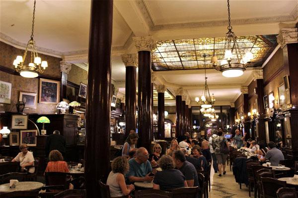 LE GRAND CAFE TORTONI SUR L'AVENUE DE MAI A BUENOS AIRES ARGENTINE