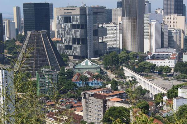 LA CATHEDRALE ET L'AQUEDUC CARIOCA DEPUIS LE CENTRE CULTUREL AUX PARC DES RUINES A SANTA THERESA RIO DE JANEIRO BRESIL