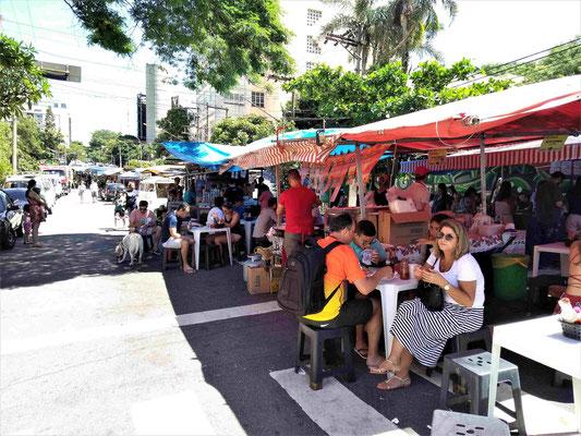 FOOD STREET SUR LE PONT RUE OSCAR FREIRE FERME A LA CIRCULATION LE DIMANCHE QUARTIER VILA MADALENA A SAO PAULO BRESIL