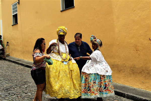 DES FEMMES EN HABITS TRADITIONNELS A SALVADOR