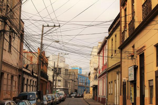 UNE RUE ET SES FILS ELECTRIQUES VALPARAISO CHILI